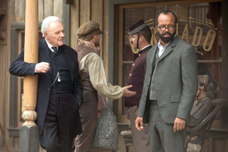 Cena da série com Anthony Hopkins e Jeffrey Wright. Imagens cedidas pela HBO.